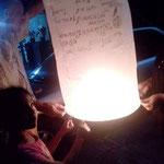 Loy Krathong, Thai ลอยกระทง - thailändisches Lichterfest im November. Überall lassen Menschen kleine Heißluftballons (Khom Fai – โคมไฟ oder Khom Loi – โคมลอย) in den Himmel steigen.
