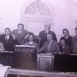 Il pretore con gli avvocati di Corigliano. Tra gli altri, L. Federico; A. Catalano; G. Cimino; G.Leonetti; Gallerano; M. Policastri; Bonadio; B.Arena; P. Cimino