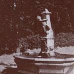 """anni '40 - La """"fisckija"""" a S. Antonio. Dal greco """"phiskia"""", vasca d'acqua. Popolarmente così detta per il fischio modulato che i proprietari facevano per far abbeverare """"ciucci"""" e cavalli"""