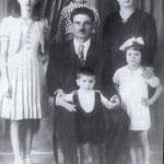 1942-La famiglia Madeo (I coniugi Giuseppe e Maria Madeo con i figli Rosa,Francesco,Raffaele e Menuccia)