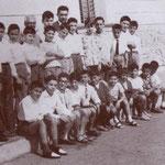 1958 davanti la scuola elementare a S. Francesco, il maestro Giulio Spezzano con i suoi alunni