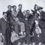 """1940 Foto ricordo con un mal capitato """"ciucci) Il primo a sx,Vincenzo Romanelli , l'ultimo a dx, Vincenzo Marino"""