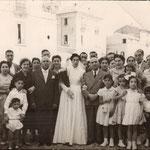 Anni '60 - Foto ricordo in piazza San Francesco degli sposi Francesco Sapia e Anna  Longo