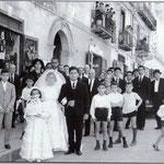 1965-Corteo nuziale della sposa Franca Cimino accompagnata da Antonio Cimino in Via Roma (lo sposo Francesco Cassano aspetta la sposa nella chiesa di S. Antonio)