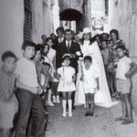 Anni '70 Giulio Fiorenzuolo accompagna all'altare la figlia Filomena che sposerà Antonio Fiore(Via Garetti- Municipio)