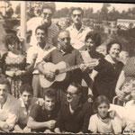 Anni '60- Una gita in Sila-1^fila,da sx, R.Longo,P.De Gaetano,F.Scarcella,T.De Gaetano,F.Aiello,G.Tiano, 2^fila,da dx,la madre di Ninì Tiano,M.Gallina,Minuzza Gallina,mastro C.Gallina,G.Casciaro,S.Gallina,Mena Tiano.In alto, da sx, V.Taverna,G.De Gaetano