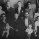 1937 La famiglia Rizzuti posa per documentare lo stato di bisogno al Duce