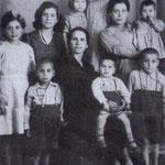 1948 Famiglia Chiaradia Al centro, vestita di nero, Pasqualina Trotta con Francesco,Leonardo e Antonio. In alto, da sx, Stella,Linda,Elena,Lucia,Maria e Teresa