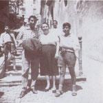"""Anni '50 Curti Maddalena, famosa come """"Donna Lena"""", davanti al suo negozio di merceria ai piedi della """"scalilla"""""""