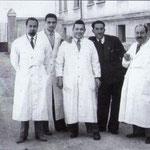 1953 Davanti l'ingresso del vecchio ospedale(da sx,i medici, Francesco Aiello, Antonio Viteritti, Mario De Santis(direttore) (Casimiro Nigro) e Giuseppe Garasto