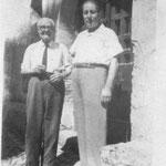"""1948 Via Roma (davanti la loro bottega,"""" i sutta l'archi"""") a sx Tommaso Mingrone col figlio Leonardo, entrambi bravi calzolai"""