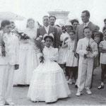 Anni '60-In P.zza S.Francesco Elmore Ortale accompagnata dal padre Luigi si avvia in chiesa per sposare Antonio Benvenuto