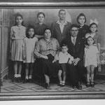 1945 - famiglia di Giuseppe Pellegrino e Maria Teresa Iardi coi figli; da sinistra, Natalina, Teresa, Marianna, Cleto, Maria Beniamina, Giovanna, Melina e il piccolo Antonio(Tonino)