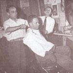 1955 Totonno Berardi (detto Salamone) a lavoro nel suo salone