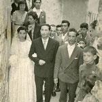 1959 (14 Giugno)-Corteo nuziale, in Vico Ognissanti, degli sposi Ninetta Trotta e Totonno Chiaradia (compare avv. Mario Policastri)