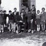 1951-Il prof. Francesco Avolio e la sua IV ginnasiale(da sx F.Carcione,P.Fiore,F.Cicero,E.Casciaro,T.Salerno,F.Pagnotta,P.Arancino,G.P.Morrone,G.Avolio,A.Alice,L.Maiarù,L.Volpe,L.Aiello,G.Pagnotta.R.Schiavelli-i due accosciati-S.Calandra,F.Mastrangelo)