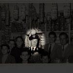 1955 Guido Guidi durante l'inaugurazione del genere alimentari di Leonardo De Carlo in Via Roma, 8