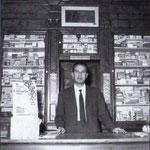 Inizi anni '50 Francesco (don Ciccio) Romanelli nella sua farmacia in Via Garopoli(chiamata farmacia Cavalieri perchè era del suo suocero)