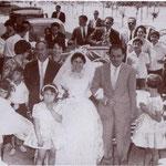 """1960 Un matrimonio per procura. """"Al braccio"""" della sposa, Italia Santelli, l'avv. Attilio Camodeca"""
