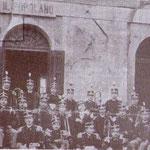 """1901 davanti la sede del """"Popolano"""" al centro il maestro Don Ciccio Dragosei. il 2° a sx in piedi è Salvatore Misciagna, il 3° Pietro Valente, l'ultimo Ernesto Paura, in primo piano da sx, Pietro Cicero e Peppino Lupo"""