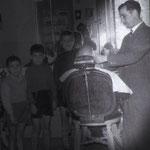 """1959 """"mastro"""" Mario Montillo nel suo salone in Via Tricarico(""""a ra gghjiazza"""")"""