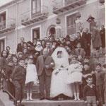 1964 - Sposi Trionfo e Maiarù (la sposa accompagnata dal padre si dirige verso la chiesa di S. Antonio)