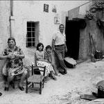 Anni '70 'ntru Castilluzzә, a sx Nard'i gass'i mazzi, Ghèlina i facc'i vini,?, Agostino Morrone, Ciccill'u nivuri,Giulia 'i gass'i mazzi, nascosta si intravede Assunta i mantavecchia.