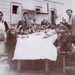 1948- nel cortile esterno(strada S.Francesco)della scuola elementare di S. Francesco, la refezione scolastica (impensabile ai tempi di oggi col traffico delle macchine)