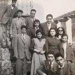 Anni '50 - Prof. Battista Tramonti e Domenico Cosentino coi loro studenti, tra questi, Vincenzo Avolio (in alto), Carmelina Scarcella, Tina Felicetti, Morrone, Menuccia Pagnotta e Tella Cosentino(f.to Rete)