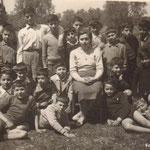 30-4-1955- 4^ elem.sed.V.Ferri,C.Tiano,T.Valente,L.De Bartolo,R.Giosi,maestra Franzè,T.Servidio,a terra F.Gigliotti,G.Martire;L.Candreva,C.Montillo,F.Misasi,G.Chiaro ,P.Guidi,Rubino,P.Coviello,Santella,C.Vitale,C. Albamonte,G. De Rosis,L.Luzzi,G.Cassano.