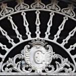 Stemma nobiliare con il Monogramma della famiglia, sul portale d'ingresso del palazzo Bianchi-Caruso di piazza del Popolo.(C.Caruso)