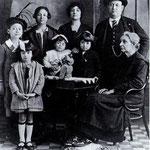 """1926-La famiglia Dragosei (in 1°fila Elena,Bianca,Idea e donna Luigina, in 2°fila Italo,Ninetta,la signora Adalgisa(terza moglie di F. Dragosei) e Dragosei. Assente il """"ribelle"""" Sandrino"""