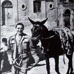 """1948 a passeggio per il centro storico col suo """"ciuccio"""""""