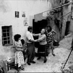 Anni '70 'ntru Castilluzzo, Assunta i mantavecchia mentre scherza con Ciccilli 'u nivuri, dietro Giulia Riforma(Giulia 'i gass'i mazza) foto di S. Grillo