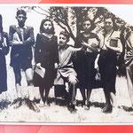 A.S. 1947-48 Liceo Scientifico – nel giardino del Garopoli da sinistra: Maria Di Noia, Ettore Cardamone, Marcella Avolio, ?, Maria Arnone, ? ,? (foto di M. Avolio)