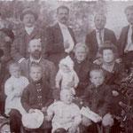 1898 a sx con la barba bianca Giovanni De Rosis, la moglie (al centro e sopra i figli maschi) Pasquale, Nicola, Gaetano, Riccardo,Giovanni. CLICCA SULLA FOTO PER VEDERE ALTRI MEMBRI DELLA FAMIGLIA