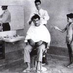 """1957 Il maestro Piero Migliacci nel suo salone a Schiavonea (attualmente è uno dei più famosi """"barbieri"""" di Roma)"""