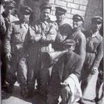 """Anni '50 Foto ricordo del banditore Luigi Guarnieri (con la sua famosa tromba, detto """"Gigi"""") con alcuni netturbini."""