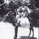 1950 a Piana Caruso. Giuseppe Longobucco con i gemellini Cosimo e Damiano( notare il pianto per la paura di uno dei gemelli)