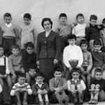 1959 La maestra Ermanna Scarpelli con gli alunni della II elementare(tra gli altri, A.Piluso, F.Caldeo, G. Malavolta, E. Lauria, F.Ferri, F.Amica, G.Martire, A.Foggia, G.Mannara, P.Risafi, P.Di Bello, A.Foggia, E.Lauria;G.Trescale)