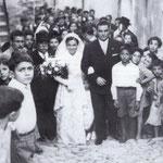Anni '50 Foto ricordo in un vicolo del centro storico per gli sposi Elvira Luna ed Elio Curti