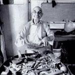 Anni '70 Peppino Cino nella sua bottega mentre lavora