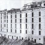"""1920-in costruzione un caseggiato nel quartiere Falcone, chiamato 'U Majilluni"""" per le sue grandi dimensioni"""