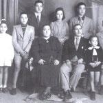 """fine anni '30-Zu Giuvanni Russo(gestiva un """"tabacchino"""" all'Acquanova), Maria Montalto(moglie) e i figli, da sx, Roma,Tonino,Alberto,Italia,Gigino,Giorgio e Cosimo"""