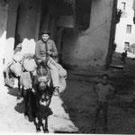 """anni '60 Vito Trotta (zu Viti i tappi) sul """"povero"""" mulo in un vicolo del centro storico"""