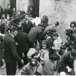 Anni '60-La raccolta dei confetti e delle monetine durante il corteo nuziale degli sposi Biagio Trotta e Gemma Madeo.
