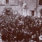 1932 Davanti alla sezione del partito nazional fascista,nella piazzetta Guido Compagna.Da notare in fondo la sezione del partito fascista