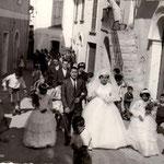 Anni '60-Corteo nuziale in Via 4 Novembre,la sposa Rosetta Sosto, accompagnata dal fratello,Luigi. Da notare i ragazzini pronti per raccogliere confetti e monetine che saranno lanciati dai balconi.