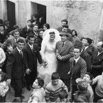 Anni '60-Corteo nuziale degli sposi Biagio Trotta e Gemma Madeo in Vico 2° Municipuio (in attesa del lancio dei confetti e delle monetine)