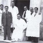 1939 Davanti l'ingresso dell'ospedale. Da sx, i medici Francesco Persiani, (Marcello Cimino), Giovanni Battista Malena, Arnaldo Clausi Schettini, Giordano Bruno, Giovanni Battista Marino e Saverio Avella.